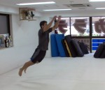 ▲スタミナ、キック力、動きの速さ、体の安定感、当たり負けしない足腰の強さなど、格闘技全般に必要な足の筋力向上にカエル跳びは最適