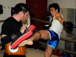 ▲NOMAN(右)はトレーナーの山本元気(左)が持つミットへ蹴りを叩き込む