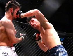 長倉(右)のフックが上迫(左)の顔面にめり込む。打撃戦の激闘となった
