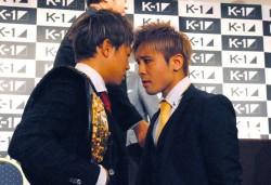 フェイス・トゥ・フェイスでにらみ合いを展開する武尊(左)と小澤(右)。この後、乱闘寸前に