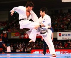 二段飛び蹴りを繰り出す細川(左)。全くのノーマーク選手が優勝を果たした