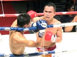 ローでダウンを奪ったピンサヤーム(右)は怒涛のラッシュでTKO勝ち
