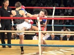 魅津希(右)は2R序盤で足首を痛め、松川(左)に苦戦を強いられた
