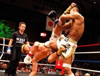 村越(右)のローキックに合わせて胴回し回転蹴りの大技を放つ那須川(左)