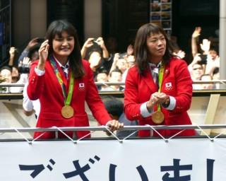 五輪女子種目、史上初の四連覇を達成し、国民栄誉賞にも輝いた伊調馨(左)