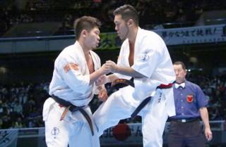 3連覇を狙う島本雄二(左)を破り、初優勝を果たした入来建武(右)