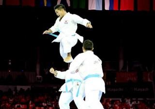 3人1チームの「形の分解」の競技。形での戦いを表現しチームごとに得点を競う。この日本の分解で会場の盛り上がりは最高潮に