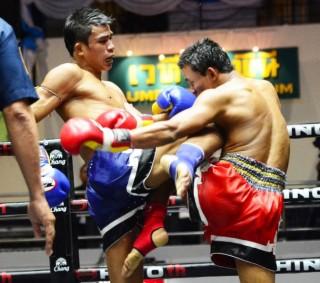 9月23日(金)、タイ・ルンピニースタジアムでのビッグマッチのメインで勝利したスーパーレック(左)