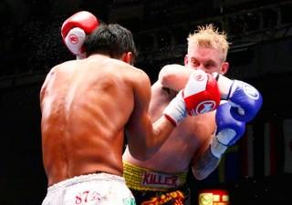 デッカー(右)がヒジで健太(左)を流血に追い込むなどの強さを発揮