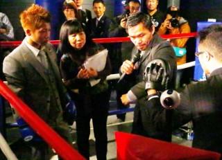 パッキャオが井上尚弥(左)に左フックをアドバイス、実演して見せた