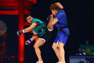 カポエラ仕込みの蹴りを繰り出すアウレリオ(左)