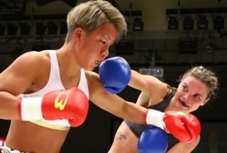 KANA(左)との激しい打ち合いを繰り広げたヘウヘス(右)は2度もダウンを奪った