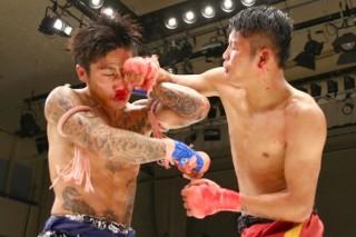 激闘を繰り広げたKOUMA(左)とザー(右)。バンテージを巻いた拳は血に染まった