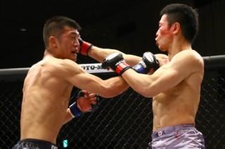 戦前の予告通り男の激闘を繰り広げた石橋(右)と佐藤(左)