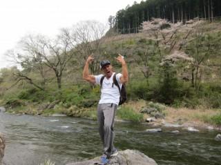 多摩川の源流近くで、始めて見る桜と清流に興奮し、絶叫するフランク
