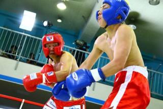 ボクシング経験者だけあって3Rまで粘りの反撃を見せたジョー(右)だったが、亀田(左)が左の連打でTKOに仕留めた