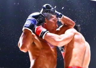 勝次(左)の縦ヒジがヒットし、不可思(右)は流血。TKO勝ちで激闘に終止符を打った