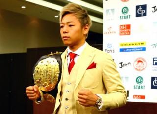 金色のスーツ、金色の髪型、金色のベルトがよく似合うミスターK-1・武尊