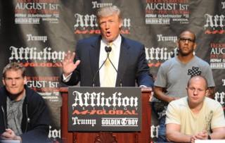 2009年6月、当時、トランプ氏が出資していたMMA団体「アフリクション」の記者会見にて。トランプ氏の後ろにヒョードルとバーネットが着席する(c)getty