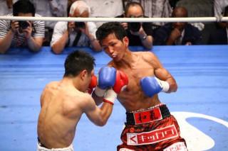 和氣(右)が約1年ぶりの再起戦でTKO勝利
