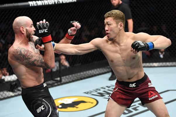 UFC】天国の友へ捧ぐ、佐藤天が涙の初陣TKO勝ち   eFight【イーファイト】