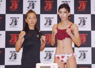 ぱんちゃん璃奈 Sae(左)とぱんちゃんが計量をパスしファイティングポーズをとる